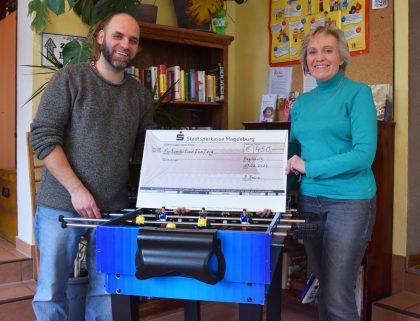 Ralf Weigt und Kornelia Keune bei der Spendenübergabe