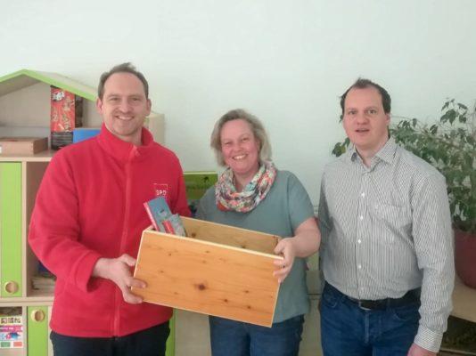 """Übergabe der Bücherkiste in der Kita """"Fridolin"""""""